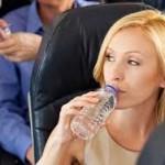 Nő repülőn iszik