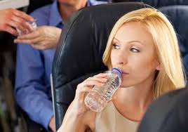 Igyon sok, lehetőleg alkohol és szénsavmentes folyadékot repülés közben.
