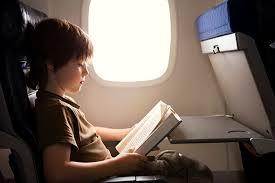 Olvasson valamit, ami leköti a figyelmét, például egy útikönyvet az utazás célországáról.